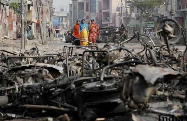 People are walking after Delhi violence