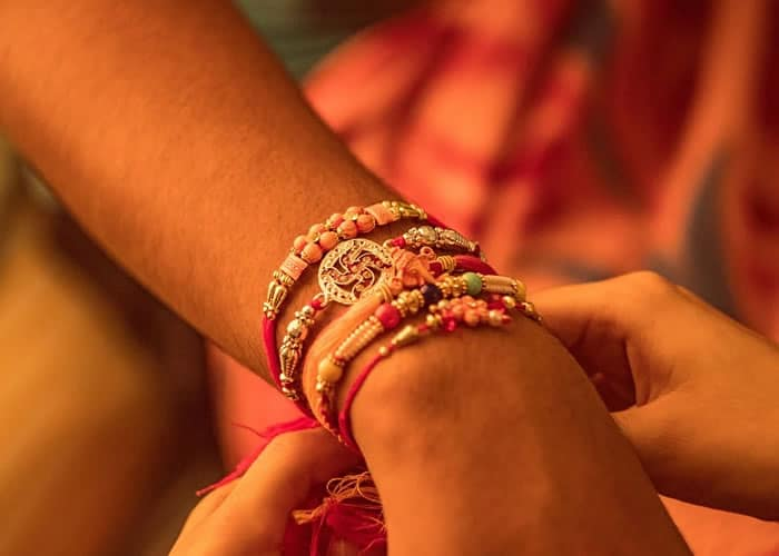 People tied the Rakhi on the hand